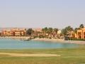 Blick auf das Hotel mit Strand vom Golfplatz aus
