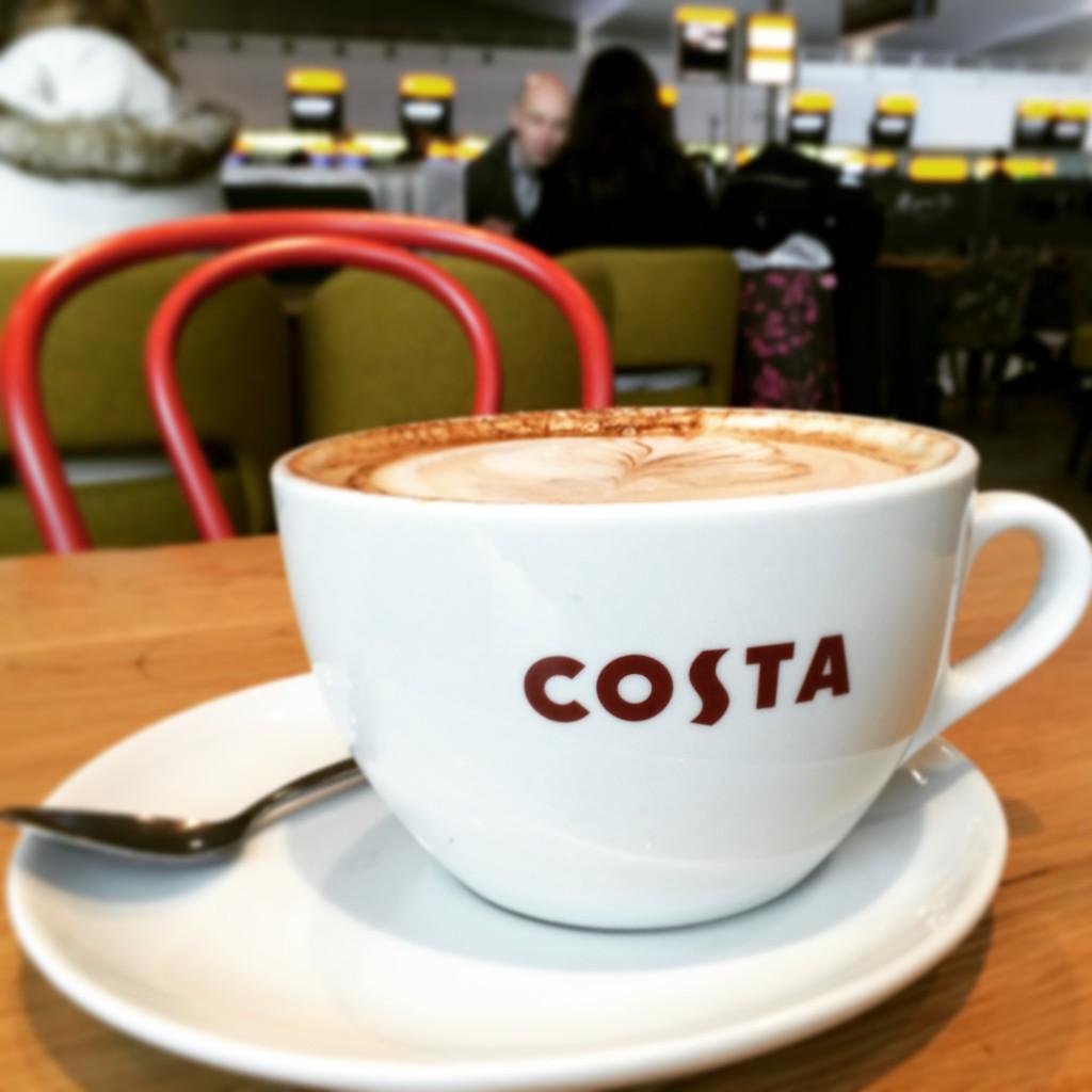 Warten vor den Sicherheitskontrollen mit Costa Coffe