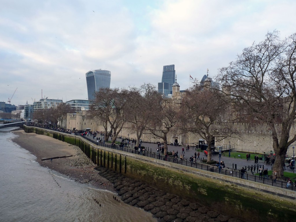 Fußweg am Tower of London vorbei zur Tower Bridge