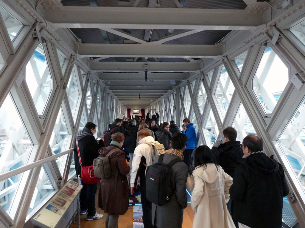 Füßgängerweg mit der Ausstellung und Glasboden