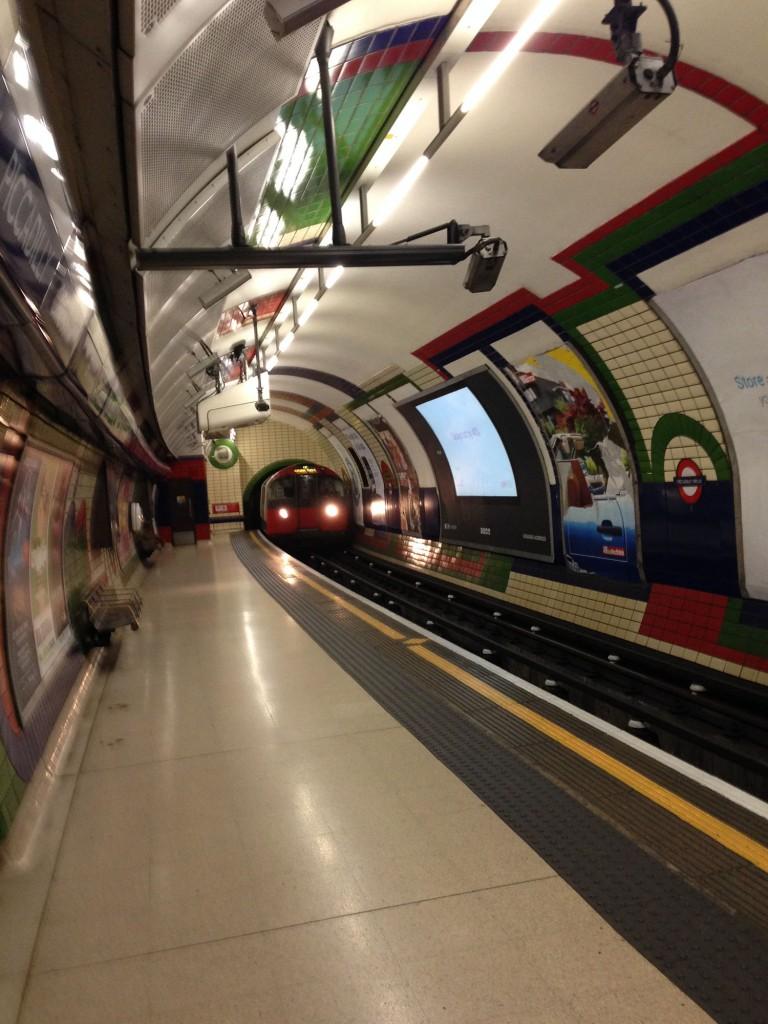 Tube fährt in die Station ein