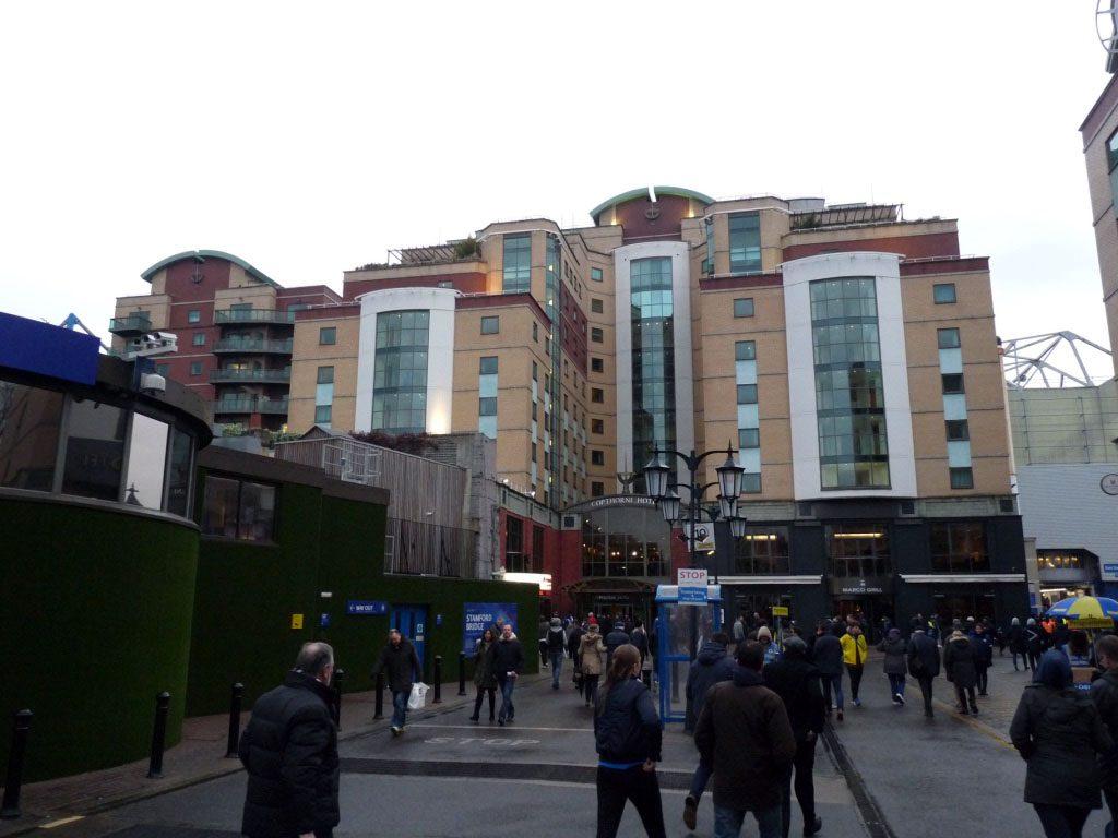 Die Stamford Bridge von außen mit dem Hotel Millennium & Copthorne Hotels