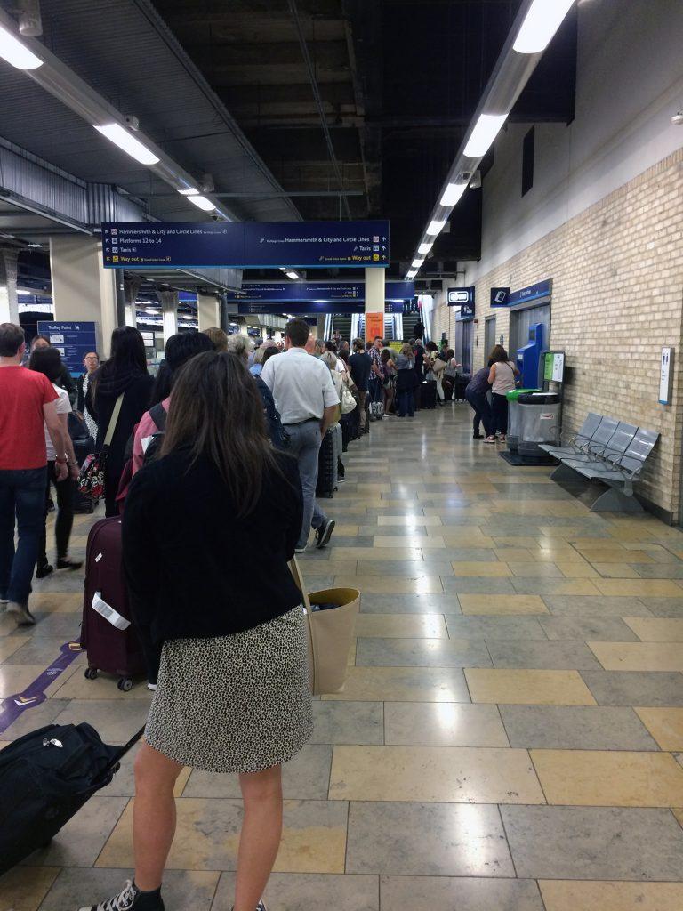 Lange Schlange bei der Gepäckabgabe am Bahnhof Paddington