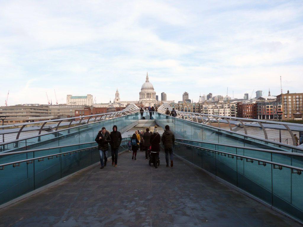 Auf der Millenium Bridge vom Südufer zum Nordufer