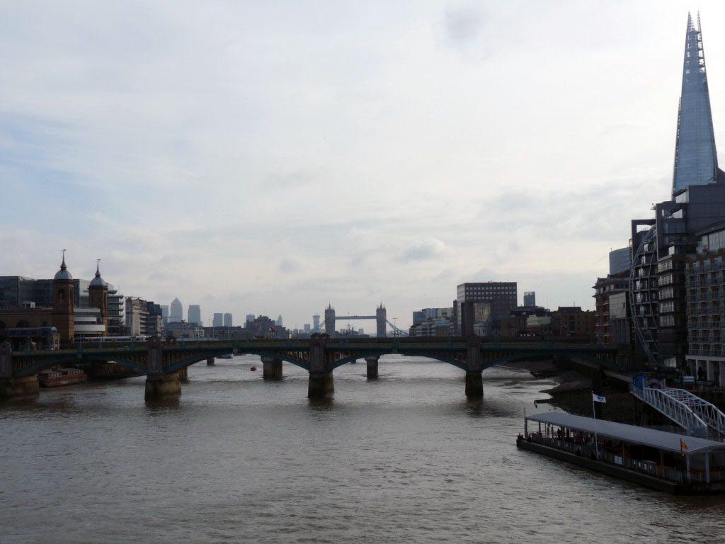 Auf der Millenium Bridge mit Blick zur Tower Bridge
