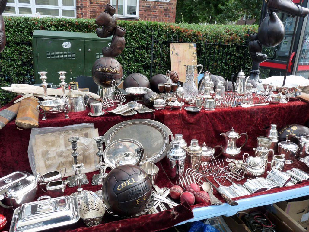 Antiquitäten und Krimskrams auf dem Portobello Road Market