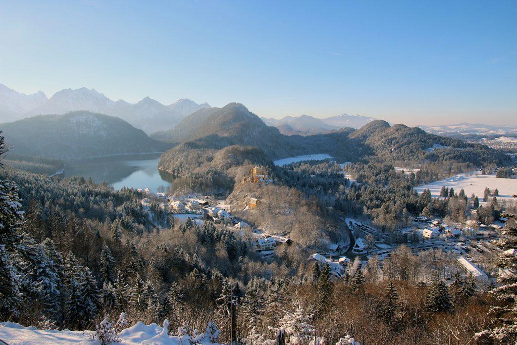 Blick auf den Schwansee sowie das Schloss Hohenschwangau