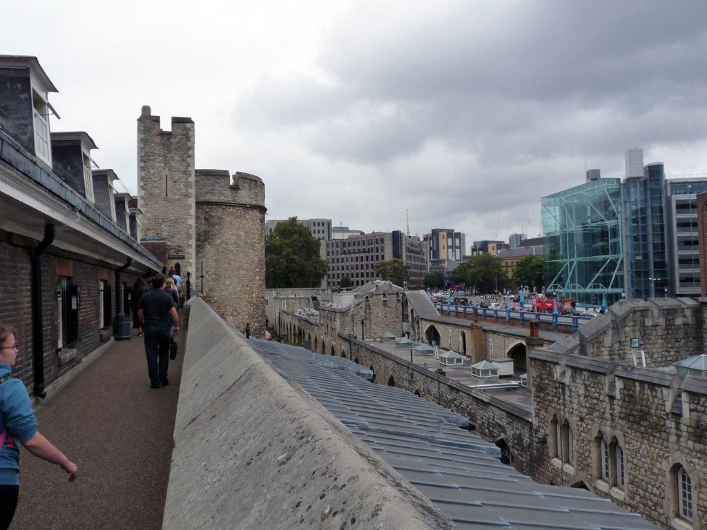 Rundgang auf der Mauer vom Tower of London mit Blick auf die Wohnungen der Yeoman Warders