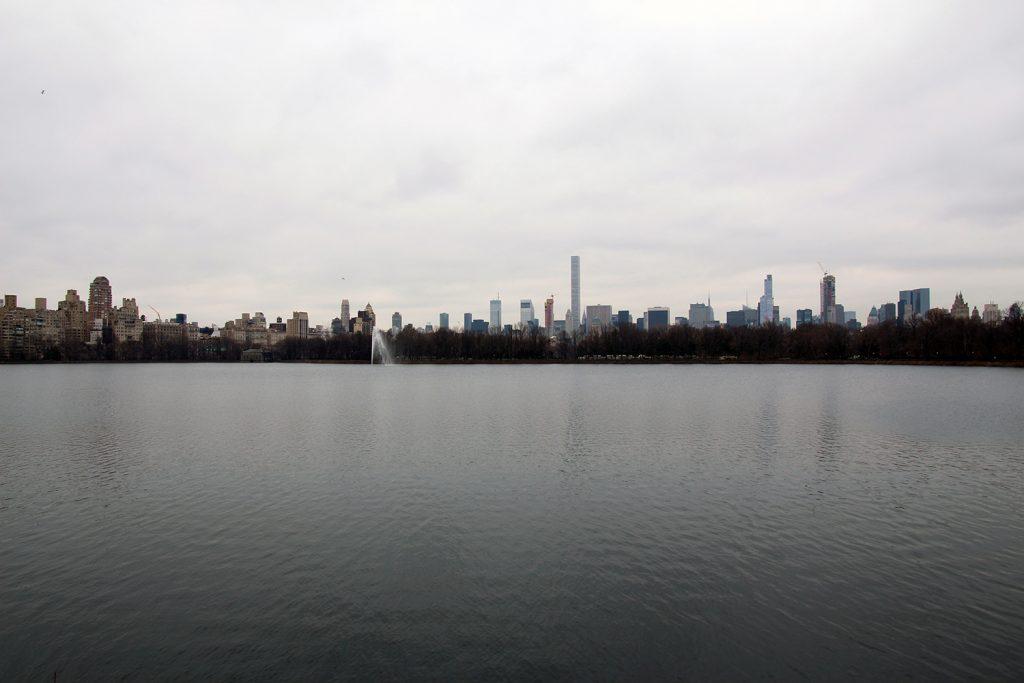 Das Jacqueline Kennedy Onassis Reservoir mit Blick auf Manhattan