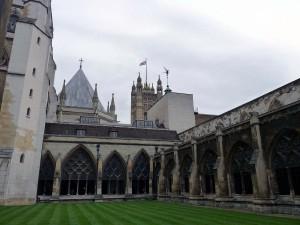 Der Garten in der Westminster Abbey mit Blick auf das Houses of Parliament