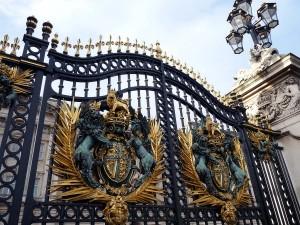 Palasttor mit dem königlichem Wappen
