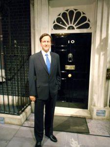 David Cameron von 2010-2016 Premiermenister vor der 10 Downing Street im Madame Tussauds