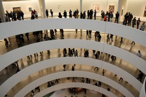 Das Guggenheim Museum besticht durch seine Architektur und den Gemälden