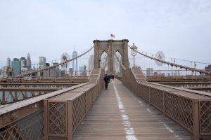 Auf der Brooklyn Bridge in Richtung Manhattan